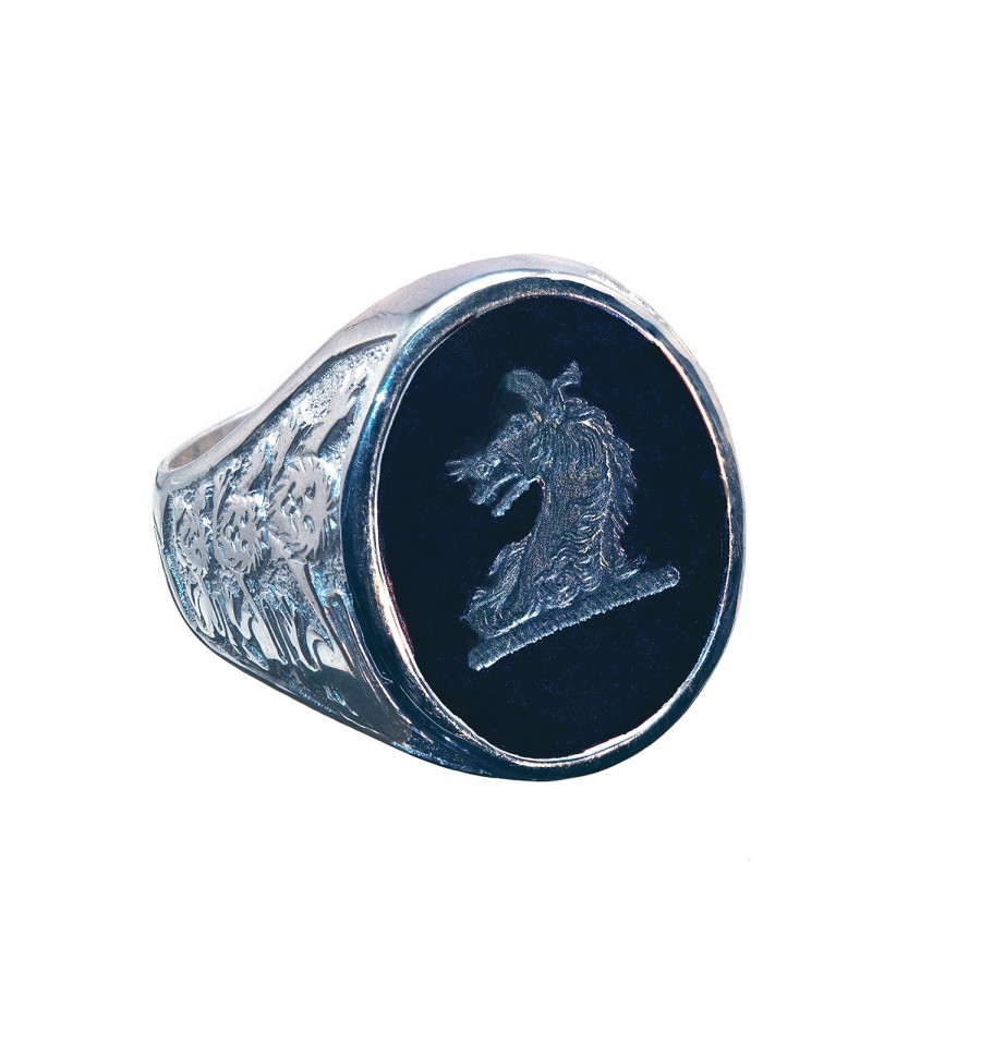A Regns Family Crest Black Onyx Stone Ring